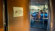 Ein verrauchtes Zug-WC mag mancher als unbenutzbar empfinden - daher herrscht auch hier strenges Rauchverbot.