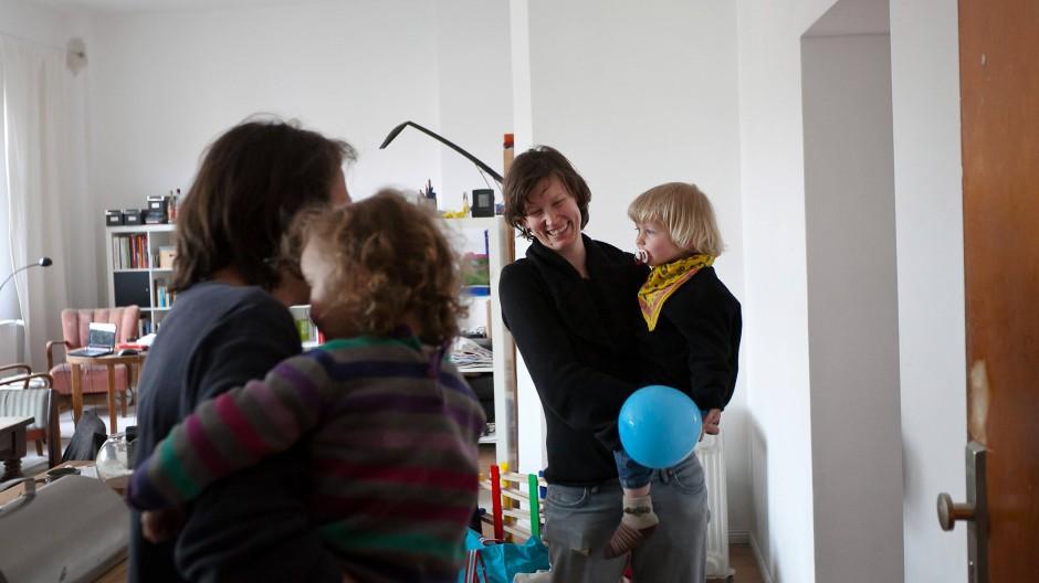Ob man sich weiterhin trifft, wenn man Kinder hat, hängt auch davon ab, ob sich der Nachwuchs gut versteht.