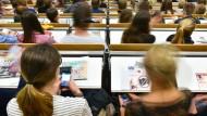 Das Smartphone ist heute überall dabei - auch während der Vorlesung.
