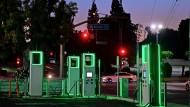 Leuchtet grün: E-Autotankstelle in Kalifornien