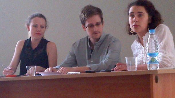 Edward Snowden spricht mit Tanja Lukschina (r) von Human Rights Watch im Moskauer Flughafen Scheremetjewo. Snowden hatte Menschenrechtler sowie russische Juristen und Politiker im Transitbereich des Flughafens getroffen.