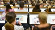 Ohne Mobilgerät geht gar nichts mehr: Erstsemester in einer Vorlesung