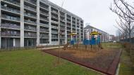 Moderner sozialer Wohnungsbau: Mitten in Frankfurt, mit Balkon und Spielplatz vor der Tür.