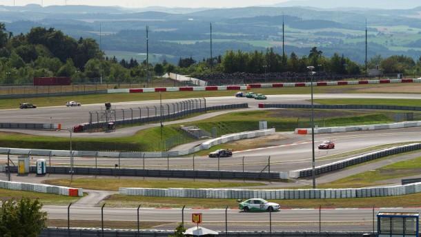 Nürburgring -  Rennenthusiasten bereiten sich auf der vom Konkurs bedrohten Rennstrecke auf das VLN-Langstreckenrennen vor. Für Motorsportler hat die legendäre Rennstrecke eine höhere Bedeutung als die Vermarktung als Eventpark.
