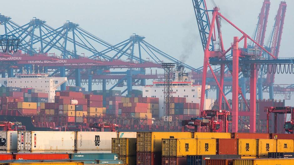 Von Hamburg in die ganze Welt verschiffen Frachter Container.
