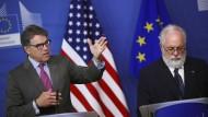 Der amerikanische Energieminister Rick Perry (links) ist heute in Brüssel und diskutiert über Flüssiggas – zusammen mit dem EU-Energieminister Miguel Arias Cañete.