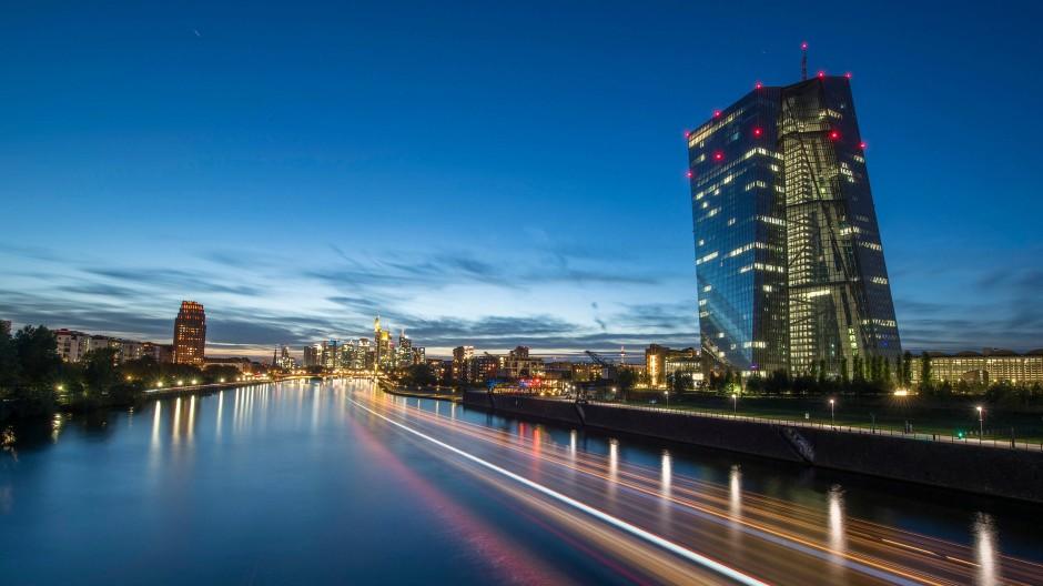 Die Lichter in den Büros der Europäischen Zentralbank in Frankfurt leuchten im letzten Licht des Tages.
