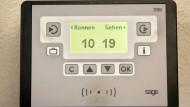 Elektronische Stechuhren wie diese dokumentieren das Kommen und Gehen von Mitarbeitern ganz genau.
