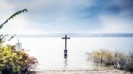 Zwei Tote, ein Kreuz: Am 13. Juni 1886 starb erst der Arzt, dann ertrank der König, unter bis heute ungeklärtesten Umständen, weshalb sich die Tragödie im Starnberger See auch umgekehrt zugetragen haben kann.