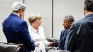 Bundeskanzlerin Angela Merkel (CDU) im Gespräch mit dem amerikanischen Präsident Barack Obama und seinem Außenminister John Kerry.