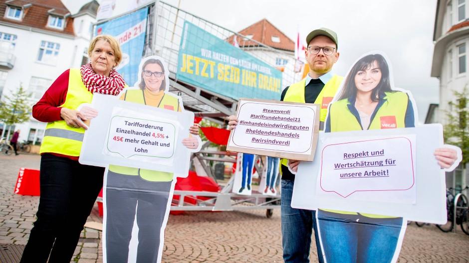 Ellen Thümler, Verdi-Mitarbeiterin im Fachbereich Handel, und Arne Brix, Gewerkschaftssekretär im Fachbereich Handel zum Start der Tarifrunde im Mai.