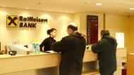 Am Bankschalter: Wird der Bankschalter künftig überhaupt noch gebraucht?