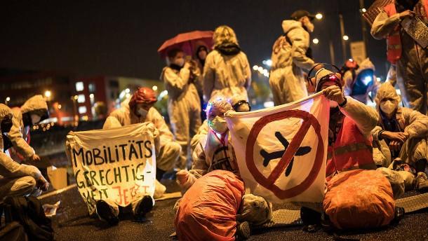 Proteste gegen Ausbau am Frachtflughafen