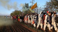"""Auf dem Weg zum zivilen Ungehorsam: Die Aktivisten des Bündnisses """"Ende Gelände"""" versuchten bereits im Oktober 2018, den Tagebau Hambach zu besetzen. Dieses Mal ist ihr Ziel Garzweiler."""