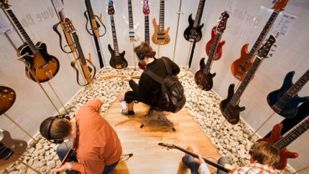 Der Griff zur E-Gitarre