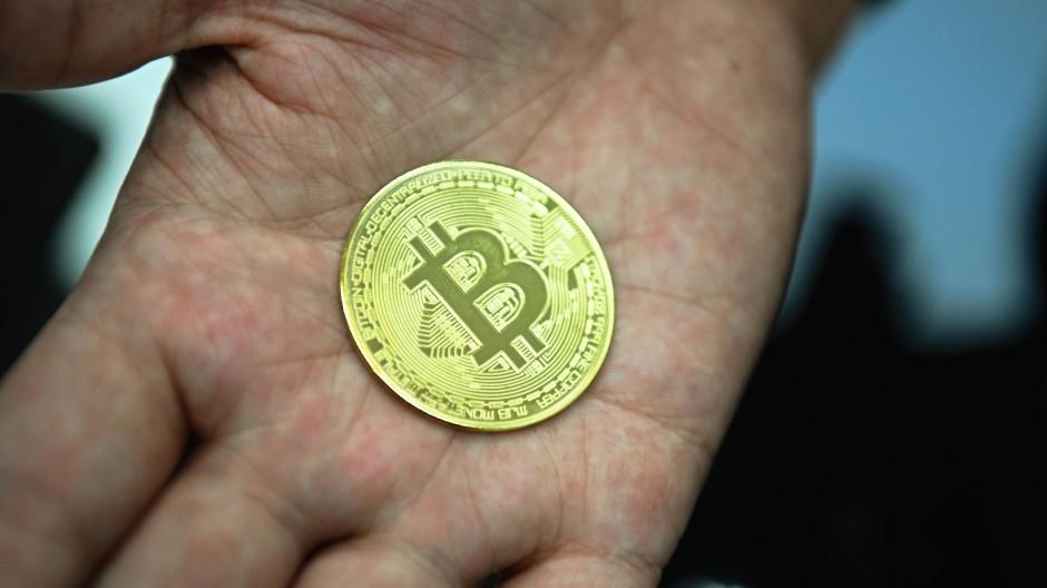 Nachgemachte Bitcoin-Münze: Beim lukrativen Berechnen der Kryptowährung Bitcoin haben die USA erstmals China als weltweiten Marktführer abgelöst