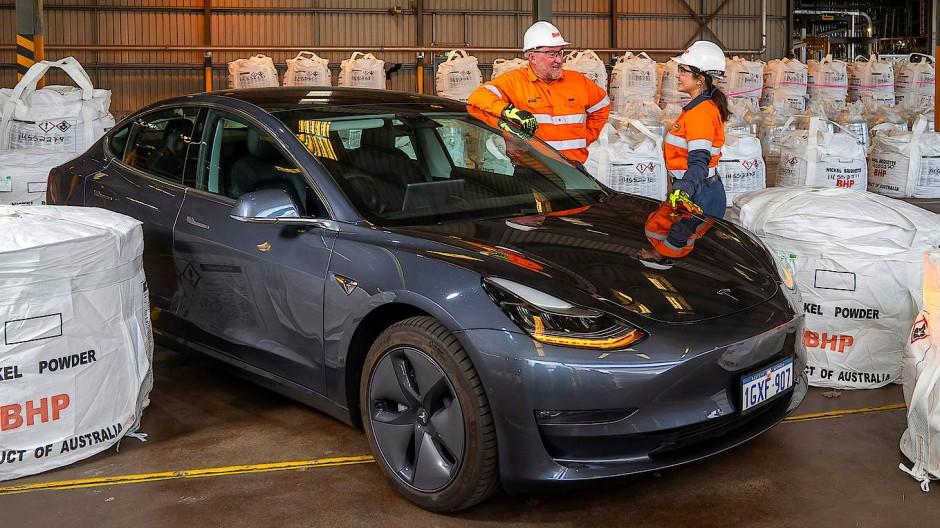 BHP-Mitarbeiter mit einem Tesla