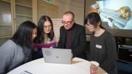 "Pionierarbeit: Sozialunternehmer Bart Weetjens erklärt Studentinnen sein Projekt ""Hero Rat""."