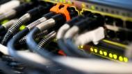 Müssen alle Daten gleich schnell durch Kabel wie diese fließen? Darum geht es in der Debatte um die Netzneutralität.