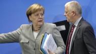 Angela Merkel kommt zur Pressekonferenz nach dem Diesel-Gipfel.
