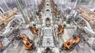 Orange als Signalfarbe für eine europäische Schlüsseltechnologie: Kuka-Roboter in einer Audi-Fabrik