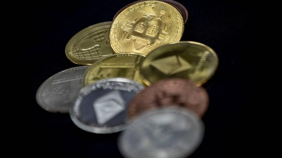 """""""Bitcoin-Münzen"""" auf einem großen türkischen Bazar"""