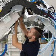 Roboter und Ingenieur: In der vernetzten Welt werden diejenigen immer gefragter, die sich mit komplexer Technik auskennen.
