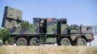 Ein Artillerieortungsradar COBRA (Counter Battery Radar) steht in der Alb-Kaserne in Stetten.