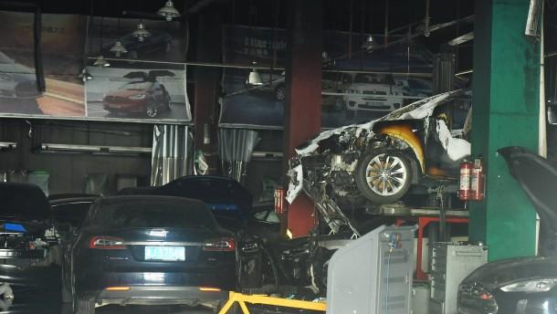 Brennende Autos, tote Polizisten