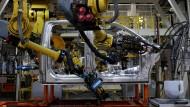 Kollege Roboter baut in der Ford-Fabrik im amerikanischen Dearborn Autos zusammen.