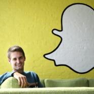 Snapchat-Chef Evan Spiegel vor dem Logo seiner Firma: Ob er nach dem Börsengang auch noch so strahlt?