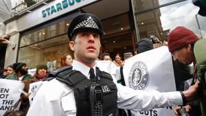 Starbucks-Filialen in Großbritannien besetzt