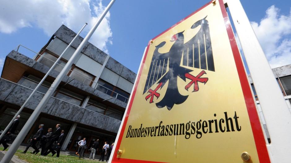 Das Bundesverfassungsgericht urteilt am 12. September über die Eilanträge gegen die Bundestagsbeschlüsse zum dauerhaften ESM-Rettungsschirm und zum Fiskalpakt, der unter anderem eine Schuldenbremse vorsieht. Würde den Klagen stattgegeben, könnte Bundespräsident Joachim Gauck die Gesetze nicht unterschreiben. Fiskalpakt und ESM würden in der Eurozone insgesamt nicht in Kraft treten.