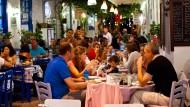 Beim Essengehen können deutsche Urlauber sparen, wenn sie in Lira bezahlen.