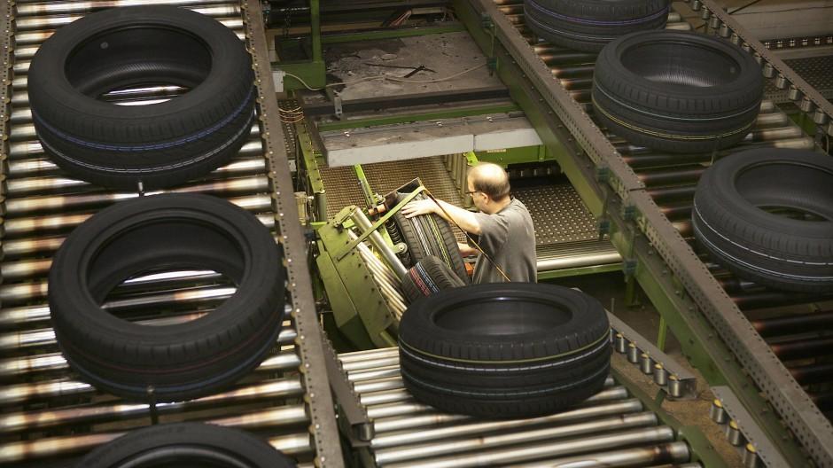 Reifen im Continental-Werk werden auf Produktionsfehler überprüft.