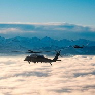 Helikopter über den Schweizer Alpen auf dem Weg nach Davos: In einem sitzt der amerikanische Präsident Donald Trump.