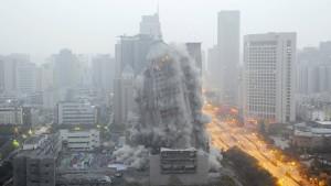 China reißt nie benutztes Hochhaus ab