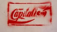 Enjoy Capitalism — Viele Intellektuelle sehen in der Spontanität und Unberechenbarkeit eines kapitalistischen Systems eine Schwäche.