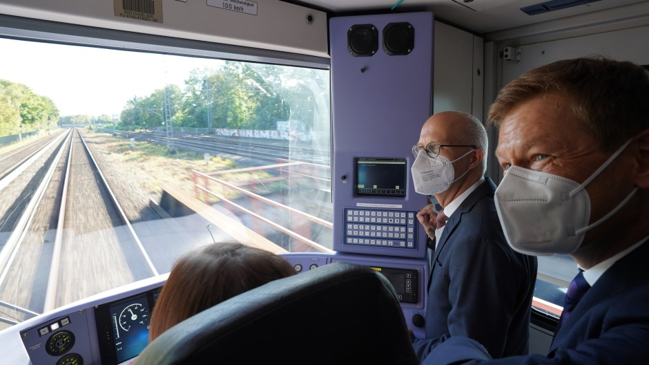 Richard Lutz (r), Vorstandsvorsitzender der Deutschen Bahn, und Peter Tschentscher (2.v.r, SPD), Erster Bürgermeister von Hamburg, auf Premierenfahrt