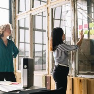 Besser gebildet und mit höheren Chancen auf gute Jobs: Junge Frauen wollen sich auch im Beruf beweisen.