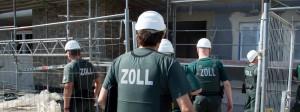 Zollbeamte kontrollieren eine Baustelle in Frankfurt am Main.