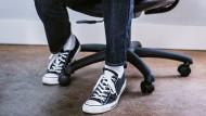 """Mit Sneakers im Büro: auch wenn Praktikanten sich gern locker anziehen, locker und schlicht als """"Praktikanten"""" bezeichnet werden - das dürfen sie nicht überall."""