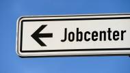 Nach Einschätzung von Ökonomen werden 2016 mehr Menschen den Weg zum Jobcenter wählen müssen.