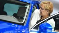 """""""Aber ich glaube, autonomes Einparken würde für alle eine Hilfe sein. Nur die Frauen werden es zugeben, die Männer nicht"""": Angela Merkel bei ihrem Rundgang auf der Automesse IAA, nachdem der hessische Ministerpräsident Volker Bouffier ihr zugeraunt habe, er brauche das nicht, er könne einparken."""