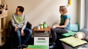 """Thomas Leidner (links) und Kathrin Karl in ihrem Café """"Katzentempel"""""""