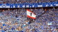 Fanschal und Vereinstrikot sind Pflicht: Blick in die Fankurve von Hertha BSC Berlin