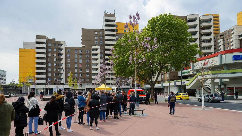 Am Kölner Liverpool Platz stellen sich die Menschen für den Impfbus an.