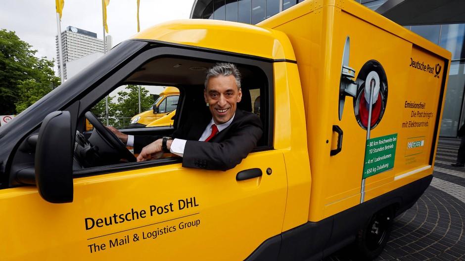 Der Frank von der Post: Post-Chef Appel am Steuer eines elektrischen Ausstellfahrzeugs.