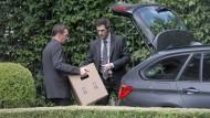Heißes Material: Ermittler stellen bei einer Razzia in Frankfurt Unterlagen über brisante Immobiliengeschäfte sicher