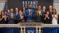 Der am Wochenende verunglückte Kobe Bryant (Mitte) während des Börsengangs seiner Investmentgesellschaft im Jahr 2016.